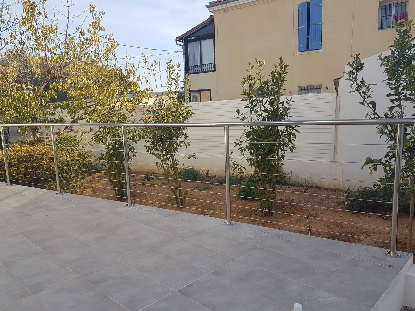 barriere extérieur inox poli miroir et câble inox sur terrasse d'une