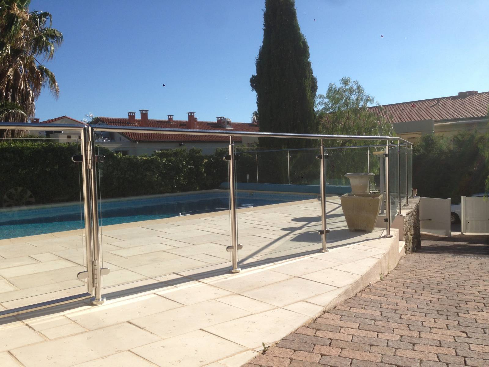 Conception et pose de protection de piscine en inox et verre  a Sanary